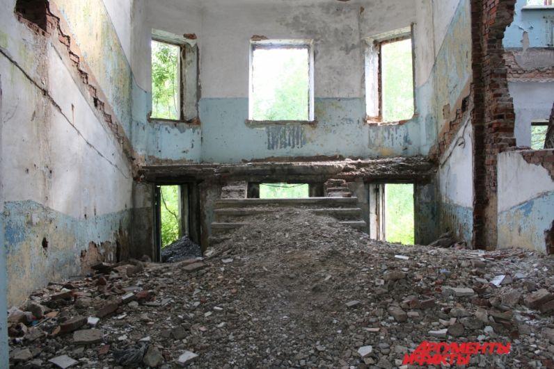 В стенах здания бывшего терапевтического отделения больницы.
