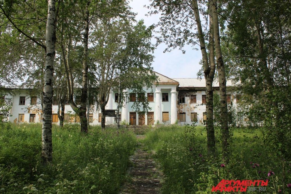 В этом некогда красивом здании с колоннами когда-то находилась детско-юношеская спортивная школа.