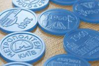 В Киеве мужчина принес в метро на обмен 2300 старых жетонов