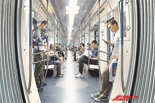 Инновационный поезд метро 765-й серии «Москва» со сквозным проходом через весь состав.