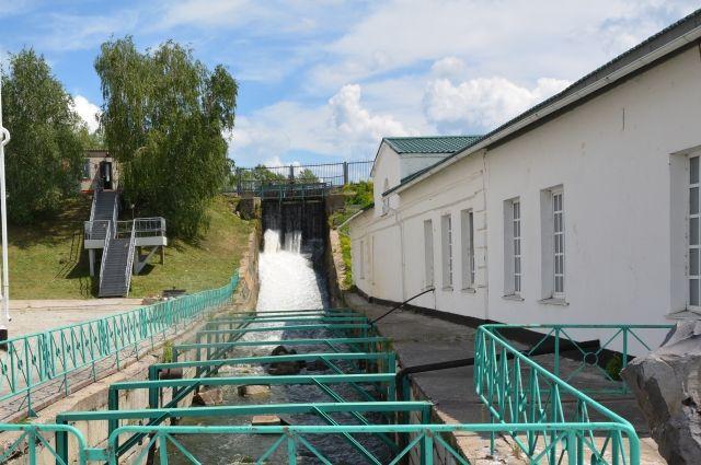 Плотина у заводского пруда в Колывани.