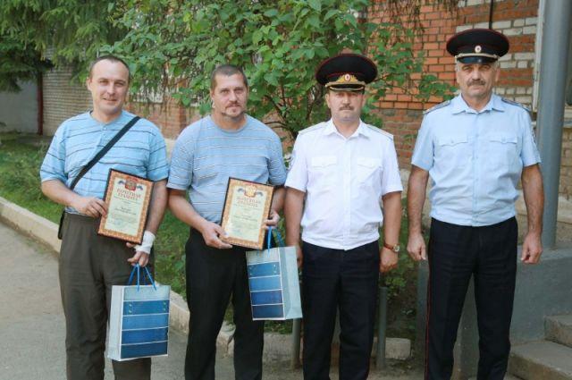 Начальник УМВД России по Тульской области поблагодарил гостей города Алексин за активную гражданскую позицию и оказание содействия полиции, а также вручил благодарности и ценные подарки.