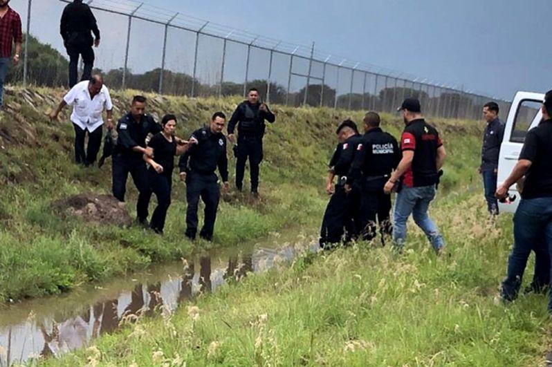 Журналисты, находящиеся на месте крушения самолета добавили, что большая часть пассажиров покинула салон лайнера самостоятельно.