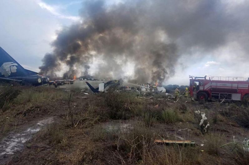 Около 16.00 самолет Aeromexico упал после взлета из аэропорта Дуранго в Мехико, он перевозил на борту 97 пассажиров и четырех членов экипажа.