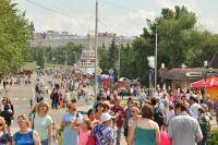 В День города омичи гуляют по центру Омска.