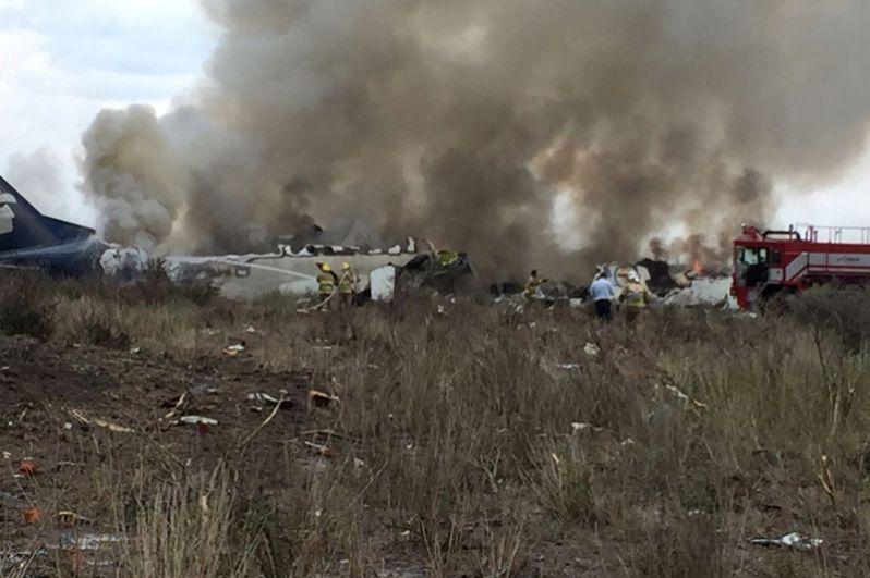 На месте крушения самолета авиакомпании Aeromexico.