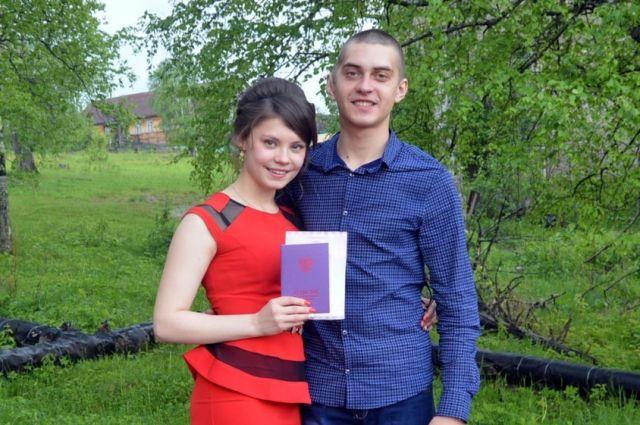 Геннадий Симонов работает на пилораме, его подруга Анастасия Карелова в мае закончила девятый класс.