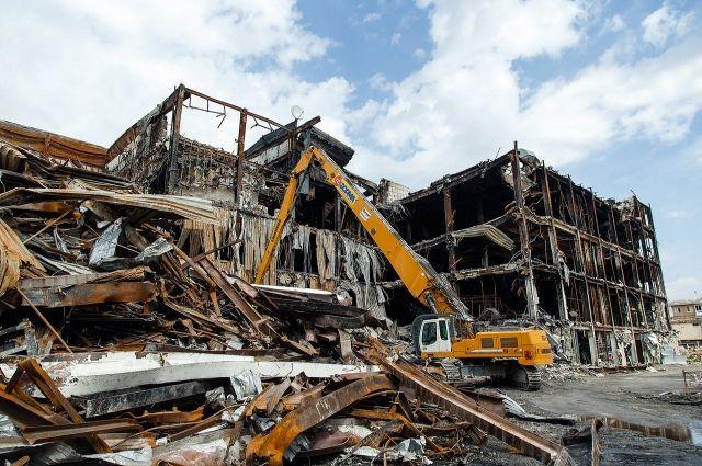Тяжелая техника начала демонтировать здание сгоревшего ТЦ 19 июля.