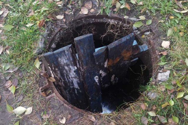 В Тюмени женщина за рулем не заметила открытый люк ливневой канализации