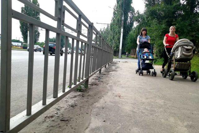 Песок с грязью на дорогах  и тротуарах обычно замечают гости города, а коренные жители к нему привыкли.