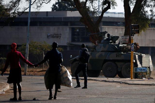 Толпу протестующих после выборов вЗимбабве обстреляли избоевого оружия
