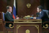 Председатель правительства РФ Дмитрий Медведев и временно исполняющий обязанности губернатора Ямало-Ненецкого автономного округа Дмитрий Артюхов.