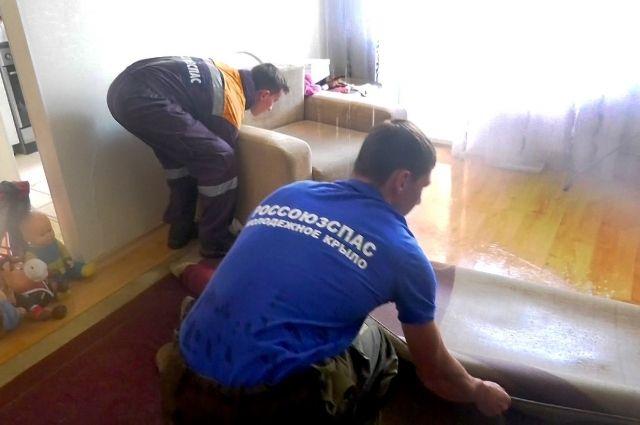 Волонтеры помогают ликвидировать последствия пожара в доме на ул. Красная.