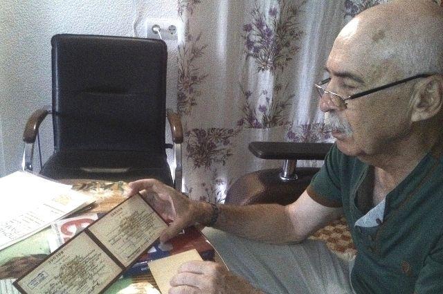 Сергей Шмелёв бережно хранит все документы отца, который выжил во времена войны, благодаря знанию физики.