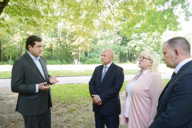 Губернатор (слева) предложил дать парку «Реадовка» статус лесопаркового «зелёного пояса».