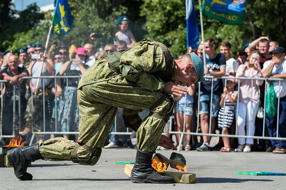 Служащий Воздушно-десантных войск в Парке культуры и отдыха имени Юрия Гагарина в Симферополе.