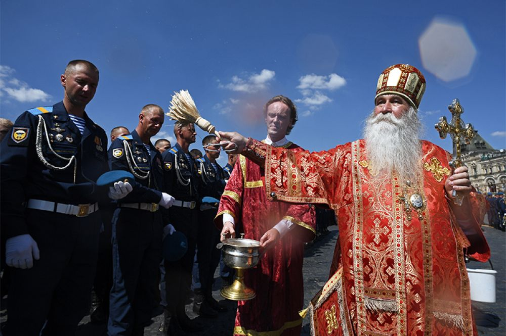 Военнослужащие и священнослужители во время крестного хода в день памяти святого пророка Илии на Крастной площади в Москве.