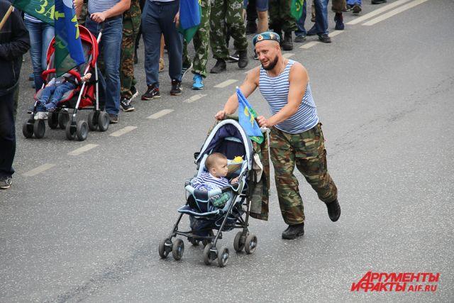 Традиционно в празднике принимают участие и семьи десантников.