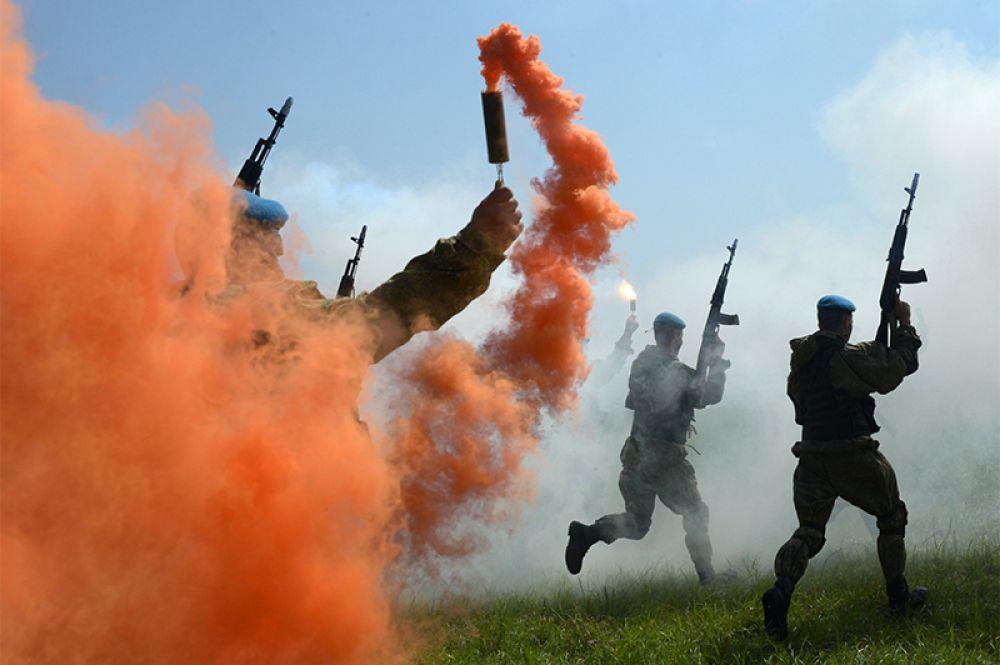 Военнослужащие Воздушно-десантных войск во время показательных выступлений на праздновании Дня ВДВ в 83-й отдельной гвардейской десантно-штурмовой бригаде в городе Уссурийске.