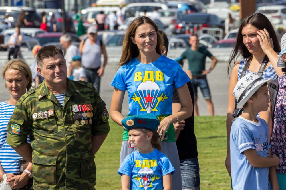 Многие десантники пришли со своими семьями.