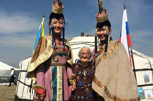 На тувинском празднике - с местными жителями.