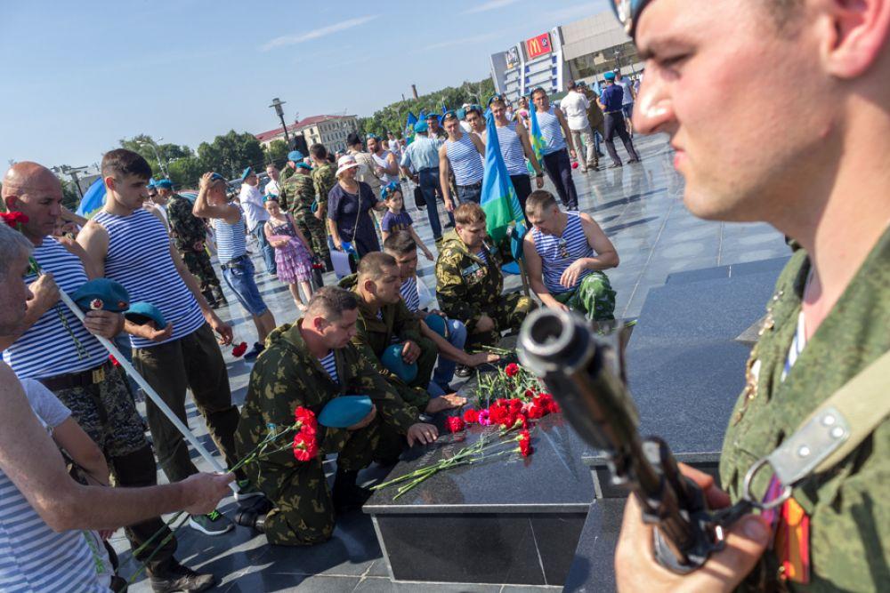 """После парка Горького """"голубые береты"""" направились в Парк Победы, где также возложили цветы к Вечному огню."""