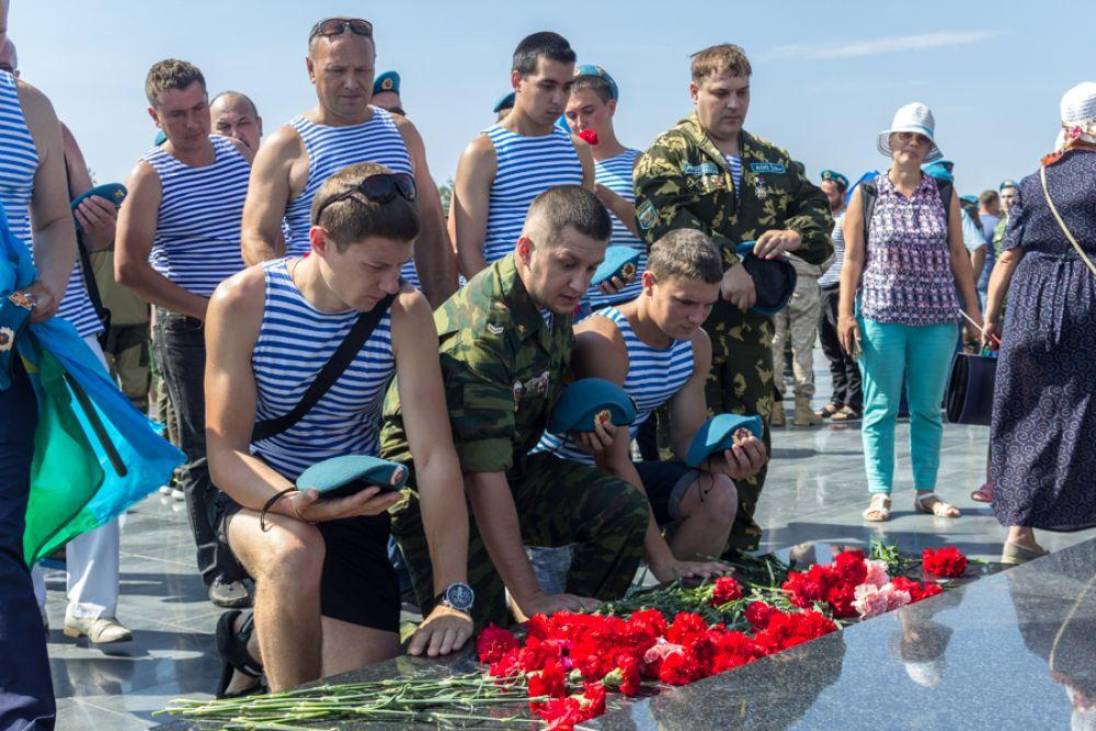 Возложение цветов к могиле афганца-десантника.