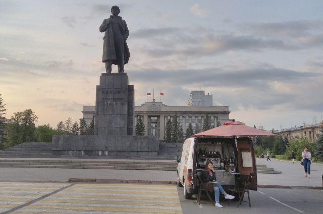 В Красноярске Ленин стоит в кепке, а в Кемерове, как известно, без.