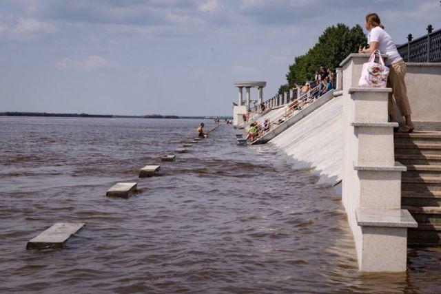 Набережная уходит под воду все больше.
