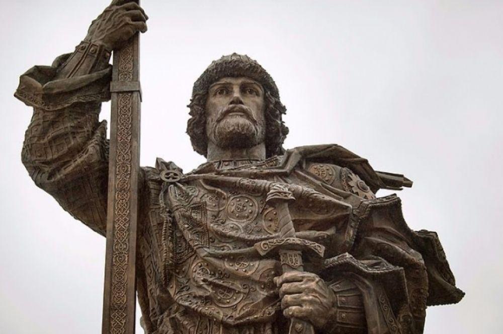 28 июля православные Дона отметили 1030-летие Крещения Руси. Фрагмент памятника князю Владимиру Святителю в Москве.