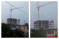 Строителям дома на Коломенской, 49 приходится держаться, чтобы их не снесло.
