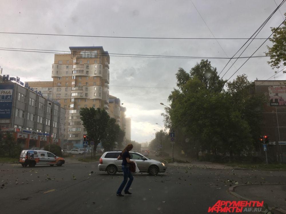 В центре Перми сносило деревья и дорожные знаки.