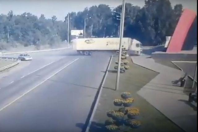 Фура на полном ходу врезалась в стеллу на въезде в Новокузнецк.