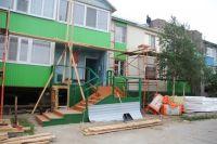 В Салехарде капремонт деревянных домов закончат к концу лета