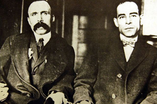 Бартоломео Ванцетти и Никола Сакко, скованные наручниками, 1923 г.