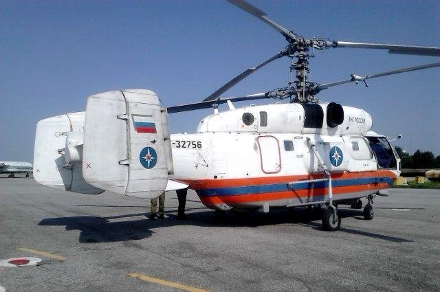 На место крушения вертолета вылетели спасатели, полицейские, следователи.