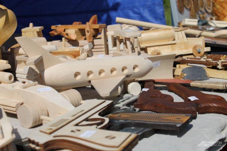 Помимо деревянных мечей, можно приобрести деревянные самолёты, танки и автоматы