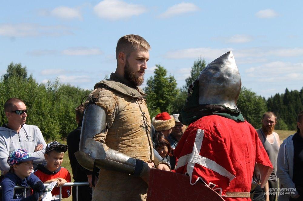 Скоро рыцарь отправится на ристалище.