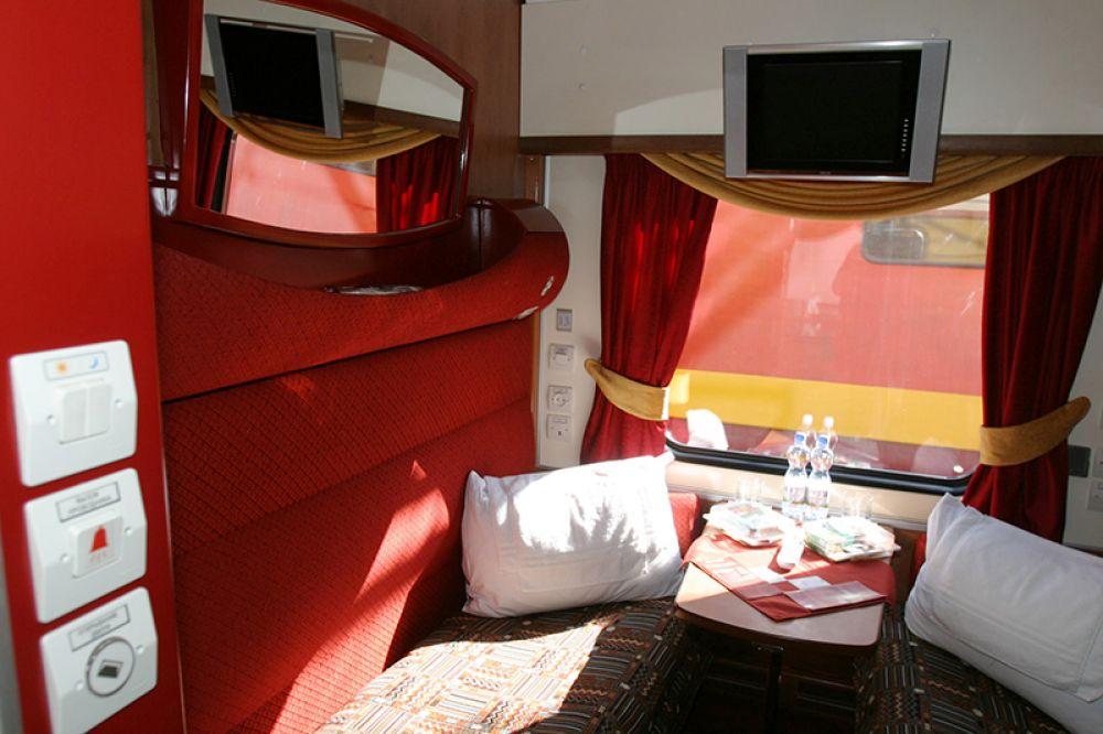 В купе спального вагона I класса поезда класса «люкс» –  «Гранд-экспресс» сообщением Москва –  Санкт-Петербург. 2005 год.