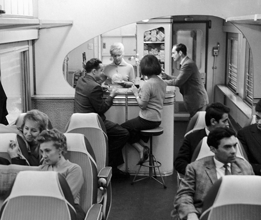 Буфет в сидячем вагоне. 1964 год.