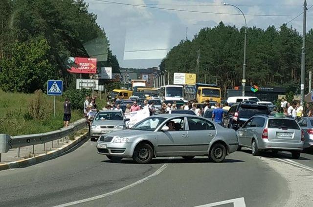 В Ирпене под Киевом владельцы «недостроенных» квартир блокируют автодороги