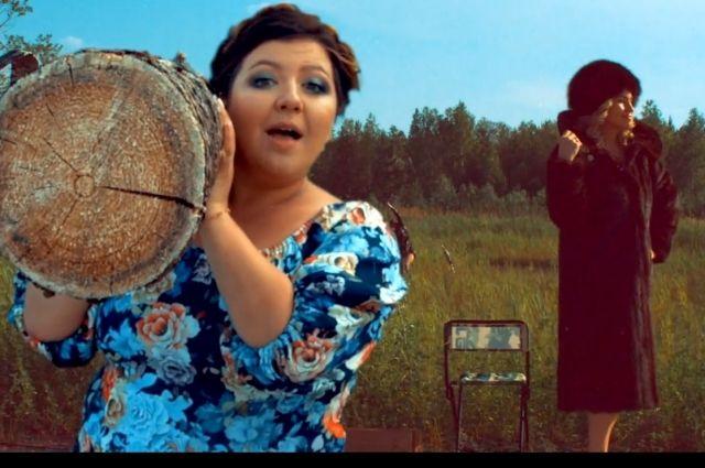 Девушки в клипе представили разные образы русских женщин.