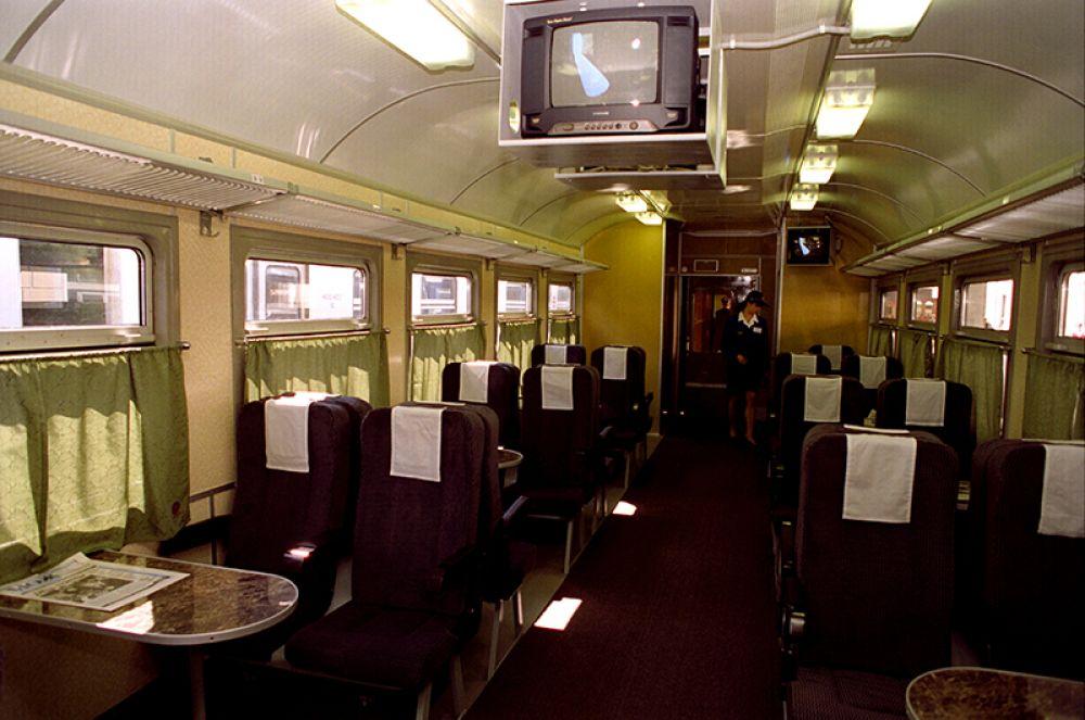 В вагоне 1-го класса электропоезда «Экспресс» повышенной комфортности, следующего по маршруту Москва – Тула. 1999 год.