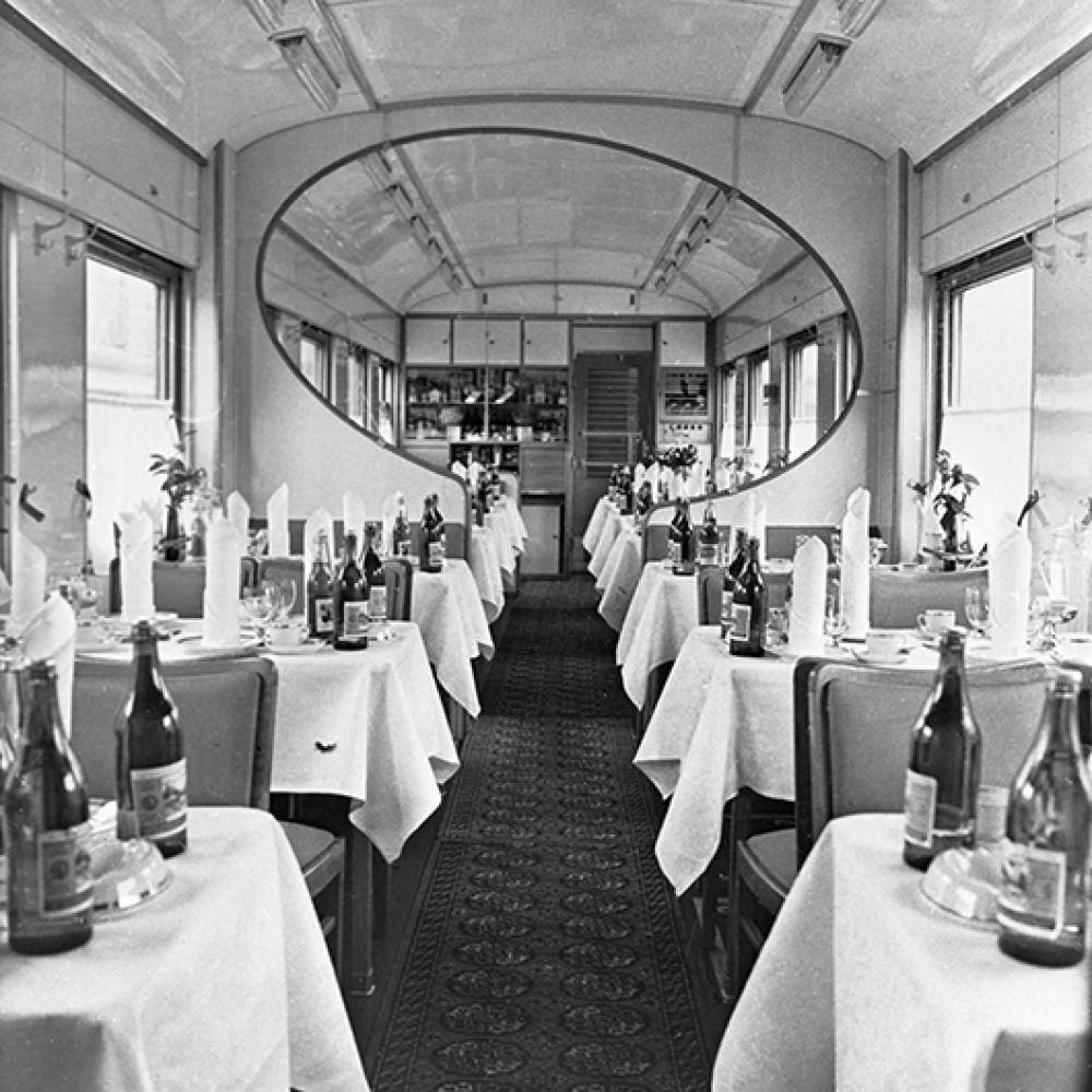 Внутренний вид вагона-ресторана. 1970 год.