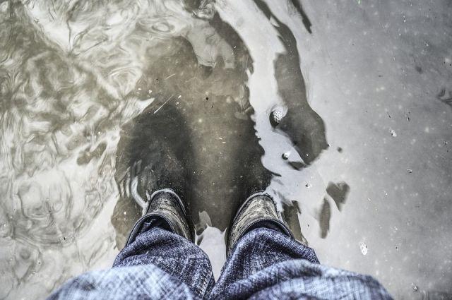 Сильный ливень затопил улицы города.