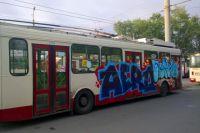 Вандалы испортили оставленные без присмотра троллейбусы