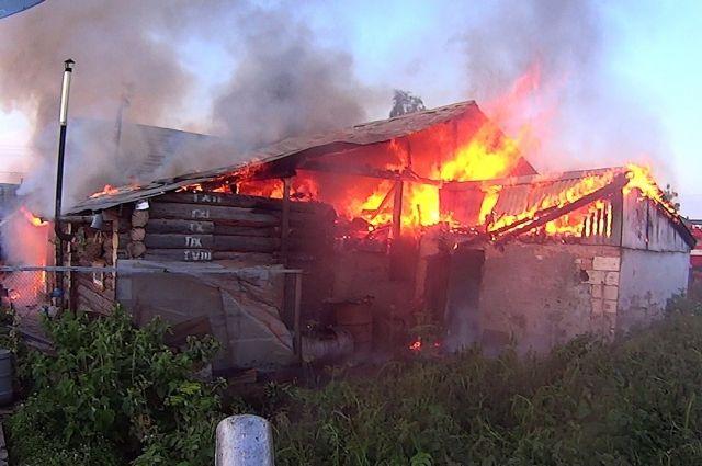 Сгорел дом, надворные постройки и автомобиль в гараже.