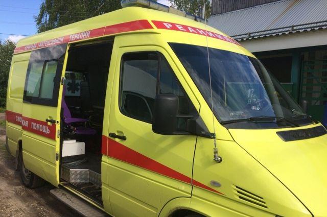 На реанимационном автомобиле скорой помощи мужчину увезли в больницу.