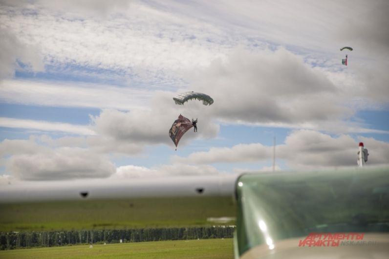В мероприятии приняли участие более 400 участников, около 80 воздушных судов и более 70 парашютистов, мастеров купольной акробатики, мотопарапланеристов.