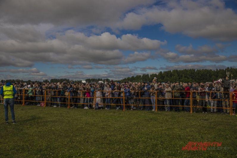 С самого утра на аэродроме Мочище собрались тысячи новосибирцев и гостей города.